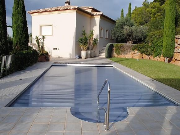 Una cubierta para una piscina más limpia y duradera.