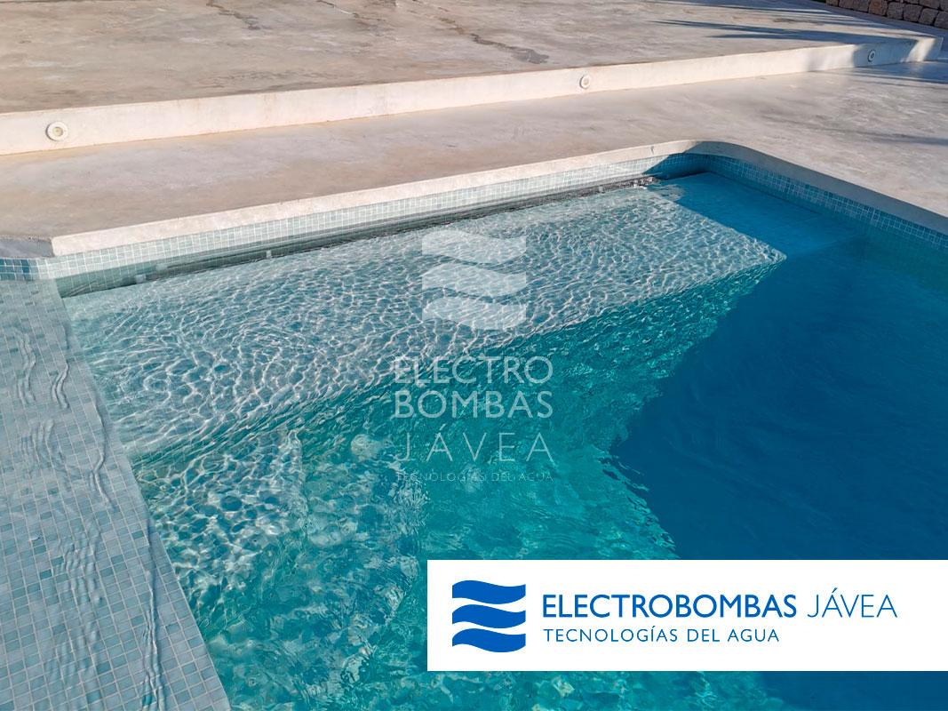 Cómo eliminar el aceite de las cremas protectoras de la línea de flotación de la piscina